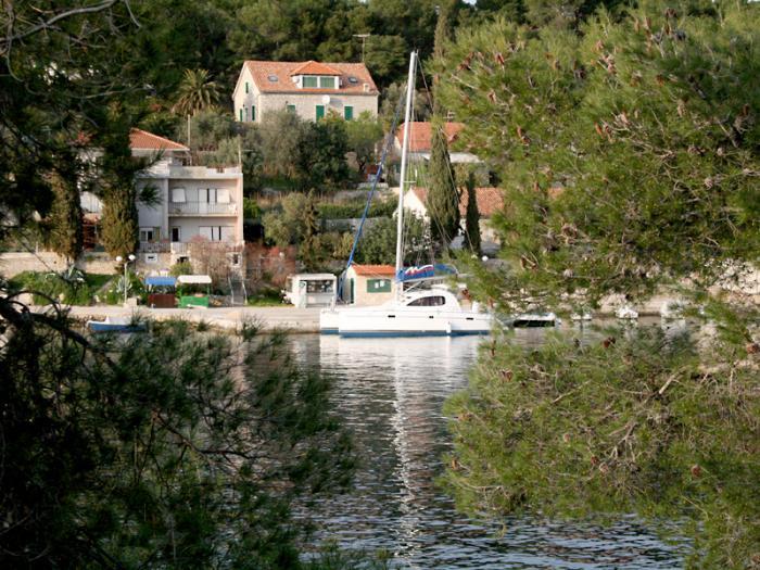 Byen Maslinica og øen Solta