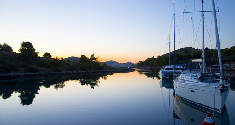 Njut av solnedgången från båten