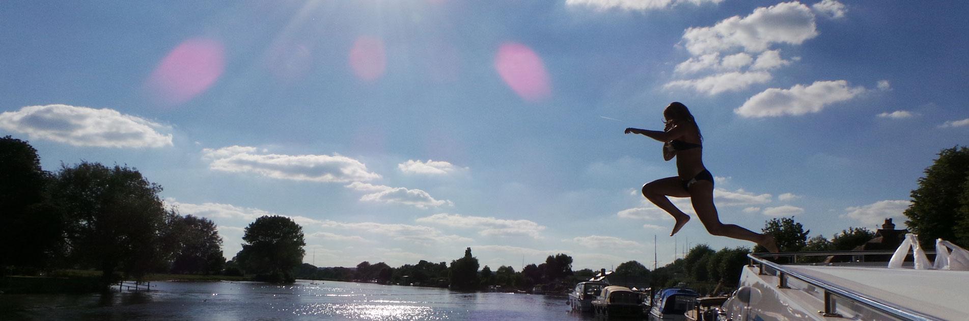 Simmaren hoppar i vattnet nära Bristol